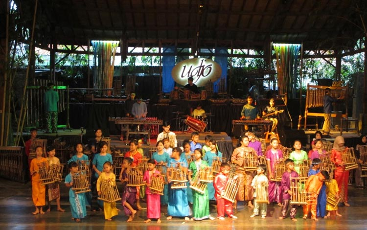 Info Terlengkap Bandung - Menonton Orkestra Angklung Di Saung Angklung Udjo