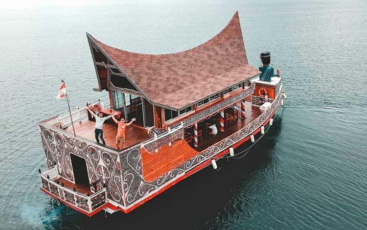 Kapal wisata Danau Toba